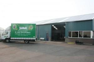 vrachtwagen voor loods